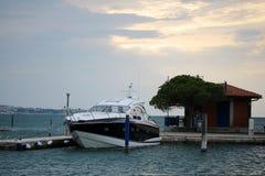 Schöne moderne Yacht am Moorage Lizenzfreie Stockfotos