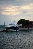 Schöne moderne Yacht am Moorage Lizenzfreies Stockfoto