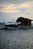 Schöne moderne Yacht am Moorage Lizenzfreie Stockfotografie