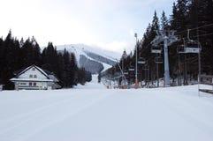 Schöne Morgenansicht der Berge und der Skisteigungen im Erholungsort Jasna, Slowakei lizenzfreie stockfotos