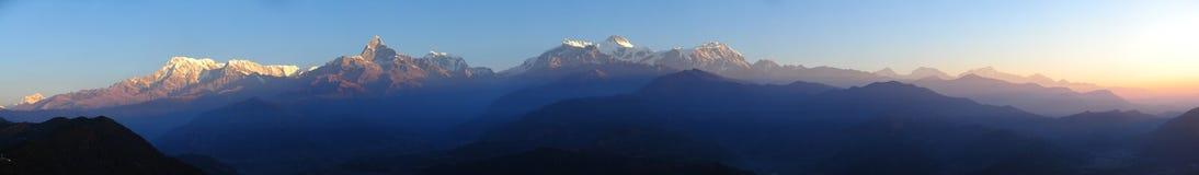 Schöne Morgenpanoramaansicht vom Himalaja Stockbild