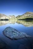 Schöne Morgensonne auf Spitzen reflektierte sich im See Lizenzfreie Stockfotografie