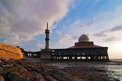 Moschee durch den Strand Stockfotografie
