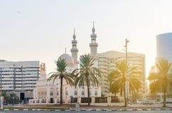 Schöne Moschee mit aufwändigen Minaretts und Hauben Stockfoto