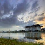 Moschee durch den Seeufer Lizenzfreies Stockbild