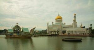 Schöne Moschee Sultan Omar Ali Saifuddins in Bandar Seri Begawan - Brunei lizenzfreie stockfotos