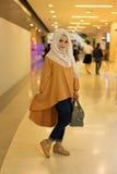 Schöne moslemische Frau des Modeporträts Stockfotografie