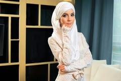 Schöne moslemische Frau im Hochzeitskleid stockbild