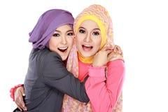 Schöne moslemische Frau zwei, die Spaß zusammen hat Stockfotos