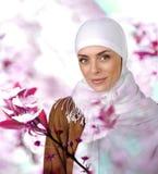 Schöne moslemische positive Frau Stockbild
