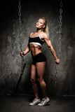 Schöne muskulöse Bodybuilderfrau Lizenzfreies Stockbild