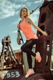 Schöne muskulöse Frau mit Stadt trx Systems der im Freien städtisch Lizenzfreie Stockfotos
