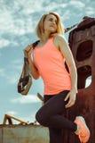 Schöne muskulöse Frau mit Stadt trx Systems der im Freien städtisch Lizenzfreies Stockfoto