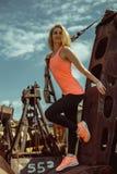 Schöne muskulöse Frau mit Stadt trx Systems der im Freien städtisch Stockbilder