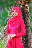 Schöne muslimah Damenabnutzung Bluse und hijab stockbild