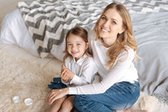 Schöne Mutter, die ihre Tochter umarmt Stockfoto