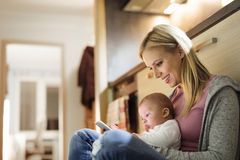 Schöne Mutter mit Sohn in den Armen, Smartphone halten Stockbilder