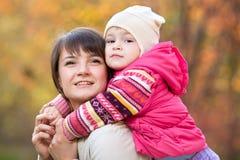 Schöne Mutter mit Tochtermädchen draußen im Fall Lizenzfreie Stockfotos