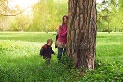 Schöne Mutter und ihr netter Sohn, die in den Park geht Lizenzfreie Stockfotos
