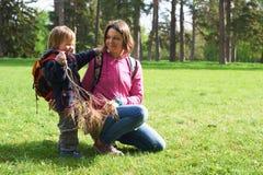 Schöne Mutter und ihr netter Sohn, die in den Park geht Stockbild