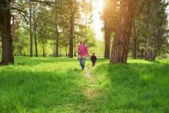 Schöne Mutter und ihr netter Sohn, die in den Park geht Lizenzfreies Stockfoto