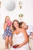 Schöne Mutter und Kinder stockbild