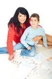 Schöne Mutter und Sohn mit Büchern Stockfoto