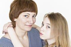 Schöne Mutter und Tochter auf Weiß Lizenzfreies Stockbild