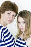Schöne Mutter und Tochter auf Weiß Stockfotos