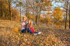 Schöne Mutter und wenig nette Tochter, die selfie nimmt lizenzfreies stockbild