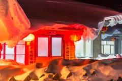 Schöne Nacht im chinesischen Schnee-Dorf Stockfotografie