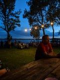 Schöne Nacht am See lizenzfreies stockfoto