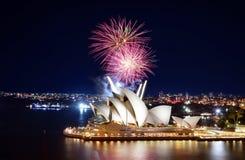 Schöne Nachtanzeige von bunten Feuerwerken über Sydney Opera House Stockbilder