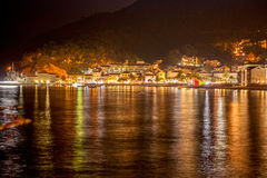 Schöne Nachtlandschaft der Küstenstadt von Petrovac, Montenegr Lizenzfreie Stockbilder