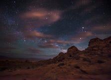 Schöne Nachtsternenklarer Himmel mit steigendem Milchstraße-Tal des Feuers Lizenzfreie Stockfotografie