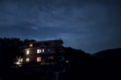 Schöne Nachtszene eines einzigen Hauses mit Lichtern auf Fenstern azerbaijan Masalli Vilesh See Stockfotografie