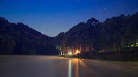 Schöne Nachtszene an kampierendem Bereich Stockbilder