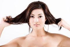 Schöne natürliche asiatische Frau, die Haar zieht Stockbild