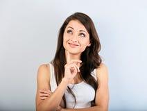 Schöne natürliche denkende lächelnde Frau mit der langen Frisur, die oben schaut Gesicht der Frau lizenzfreies stockfoto