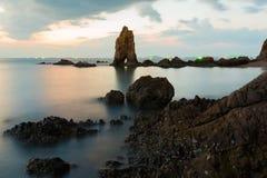 Schöne natürliche Felsenskyline über Seeküste lizenzfreie stockbilder