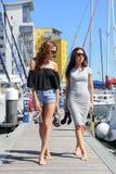 Schöne natürliche Frauen-Mädchen auf Segeljacht Stockbilder
