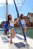 Schöne natürliche Frauen-Mädchen auf Segeljacht Stockfoto