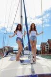 Schöne natürliche Frauen-Mädchen auf Segeljacht Lizenzfreie Stockfotos