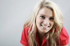 Schöne natürliche lächelnde blonde Frau Stockfotografie