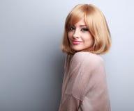 Schöne natürliche lächelnde blonde Frisurenfrau, die glückliches i schaut Stockfotografie