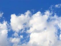 Schöne Natur des blauen Himmels und des clou ds mit dem Sonnenglänzen stockfotografie