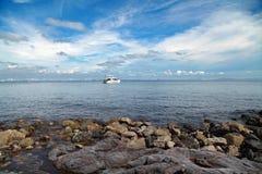 Schöne Natur in Sommerbootsschiffsseeblauer Himmel Koh Lan-Inselthailand-Landschaft lizenzfreies stockfoto
