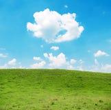 Schöne Naturlandschaft der Wiese und des blauen Himmels Lizenzfreie Stockfotografie