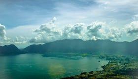 Schöne Naturlandschaft des Berges und des blauen Sees stockbild