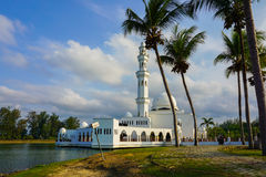 Schöne Naturlandschaft von Terengganu, Malaysia, Moslem-Moschee Masjid Tengku Tengah Zaharah Bild enthalten Korn, Geräusche und W Stockfoto